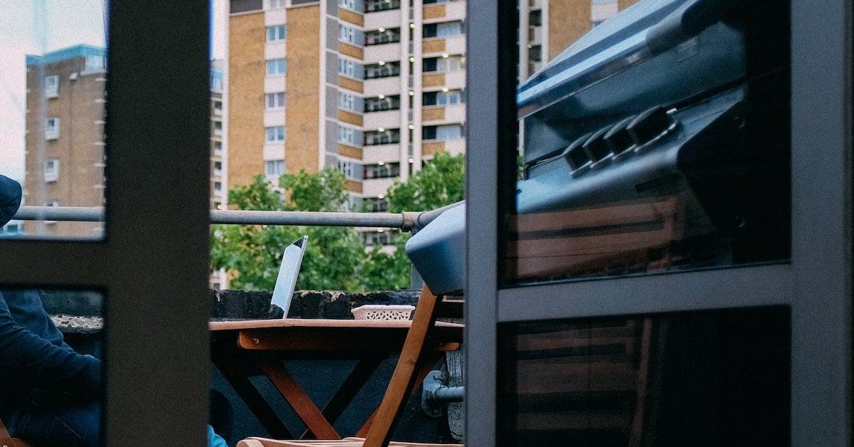 barbacoa de gas con carro en terraza